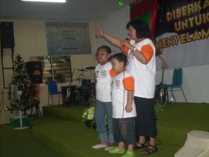 Ibu Gembala menyampaikan khotbah Natal
